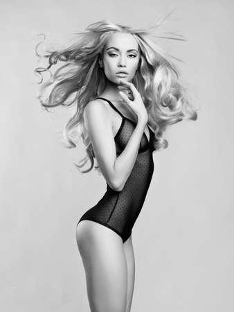 Erotisches Portrait der jungen schönen Frau. Sexy Blondine.
