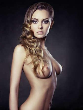 Fashion Portrait der eleganten Dame auf schwarzem Hintergrund Standard-Bild