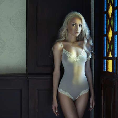 Portrait der schönen blonden Dame im Kirchenfenster