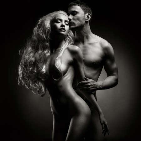 Art foto de una pareja sexy desnuda en la tierna pasión