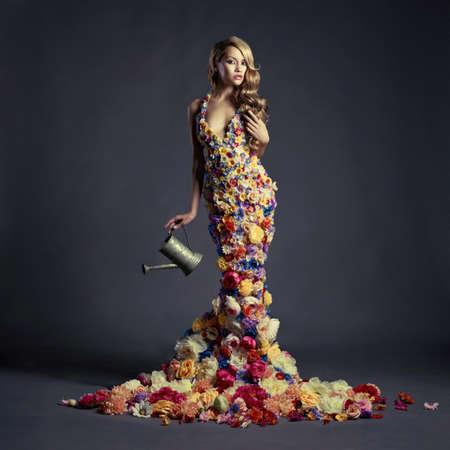꽃의 드레스 피는 화려한 여성의 스튜디오 초상화