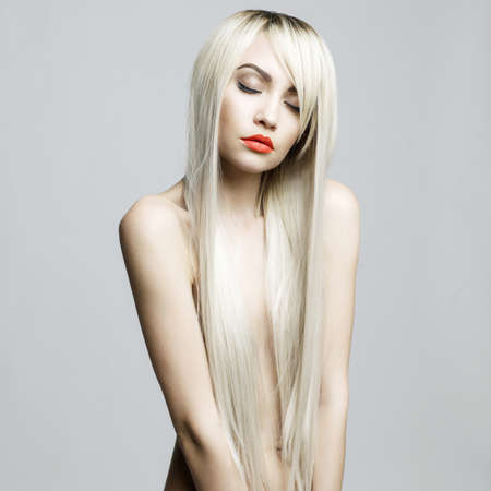 Helthy 豪華な髪とエレガントな女性のファッション ポートレート