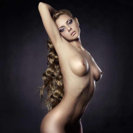 naakt: Mode portret van naakt elegante dame op zwarte achtergrond