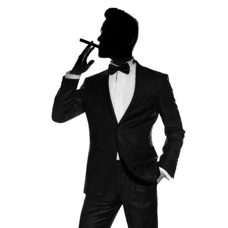 hombre fumando puro: Foto del concepto de hombre elegante y guapo con el cigarro