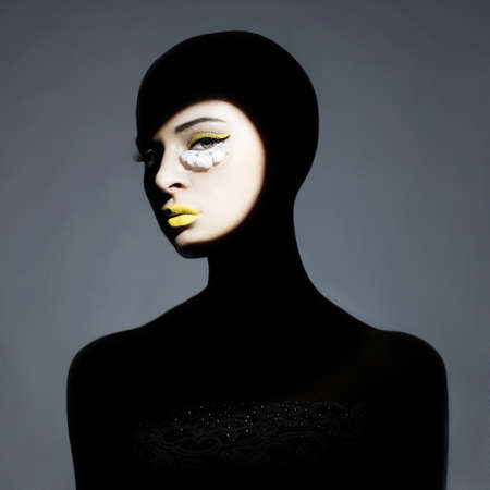 Surrealistische Porträt der jungen Frau mit Make-up-Kunst