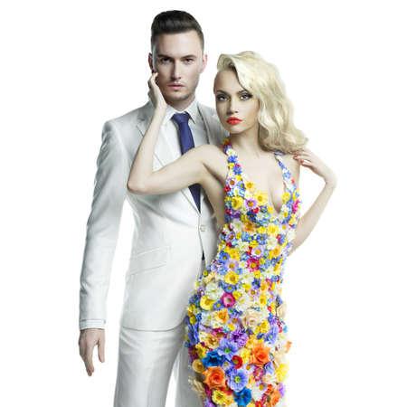 若い男と花のドレスで美しい女性のファッション写真