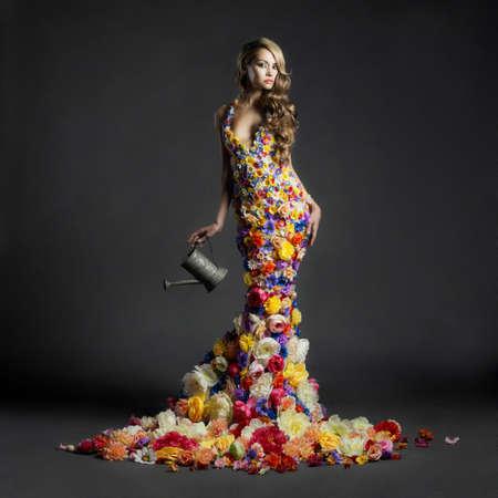 ドレスの花の咲くゴージャスな女性のスタジオ ポートレート 写真素材