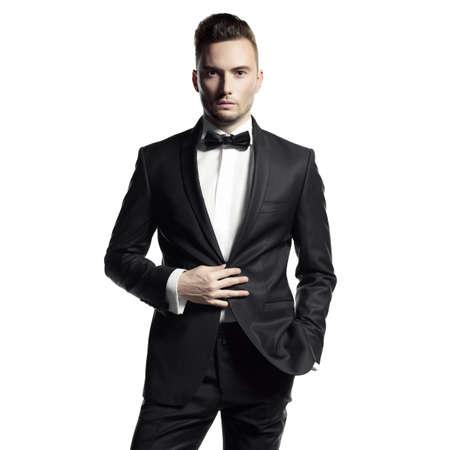 Портрет красивый стильный человек в элегантный черном костюме