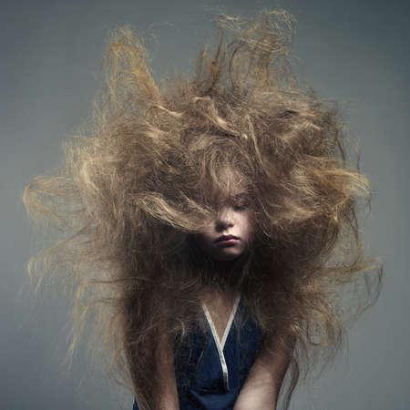 ni�o modelo: Retrato en blanco y negro de una chica joven con un peinado de moda volumen Foto de archivo