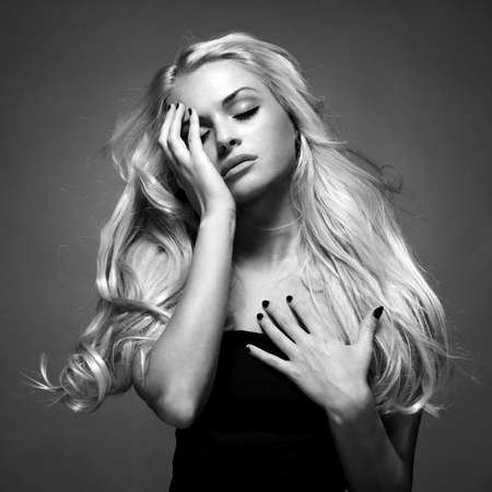 壮大なブロンドの髪の若い美しい女性の写真