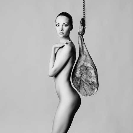 junge nackte mädchen: Stilvolle Kunst Foto des nackten eleganten Frau mit iberischen Jamon
