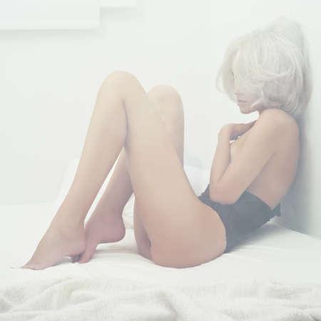 mujeres negras desnudas: Retrato del arte de la moda de la mujer elegante joven en la cama