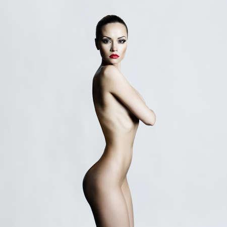 mujer rubia desnuda: Estudio de fotograf�a de moda de mujer desnuda elegante Foto de archivo