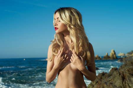 nue plage: Fashion portrait de femme élégante nue sur mer