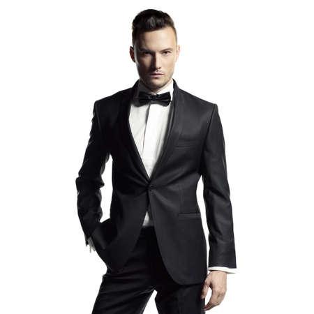 エレガントな黒のスーツにハンサムなスタイリッシュな男の肖像