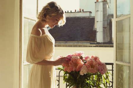 창에서 아름다운 금발의 패션 아트 초상화