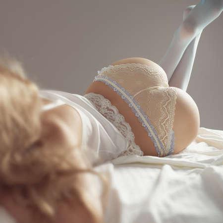 junge nackte mädchen: Mode-Porträt jungen elegant Frau im Bett Lizenzfreie Bilder