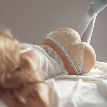 cuerpos desnudos: Retrato de moda de mujer elegante joven en la cama
