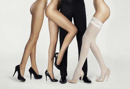 Männlich Beine von Frauen umgeben. Konzeptionelle Fashion art photo Standard-Bild - 33287405