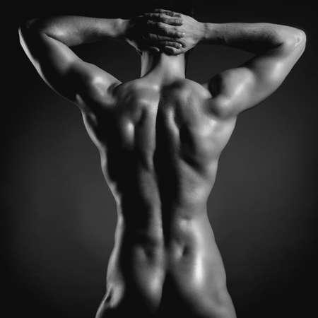 Poto de atleta desnudo con cuerpo fuerte
