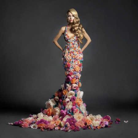 꽃의 드레스에 피는 화려한 여자의 스튜디오 초상화 스톡 콘텐츠