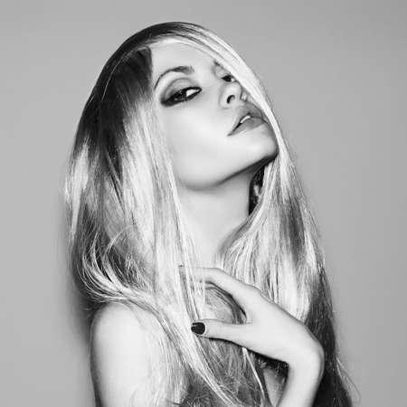 壮大な髪の若い美しい女性の写真 写真素材