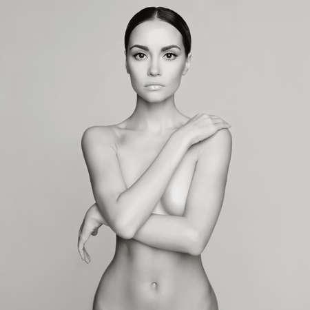 corps femme nue: photo noir et blanc de studio de élégante femme nue