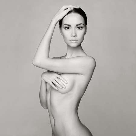 Schwarz-Weiß-Studio-Foto von eleganten nackte Dame Standard-Bild - 34500377