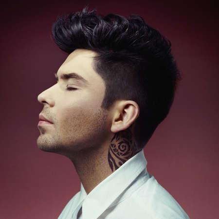 uomini belli: Ritratto di uomo bello con taglio di capelli alla moda
