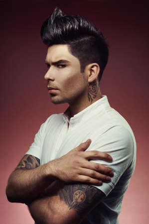 tatouage sexy: Portrait d'un homme beau avec coupe �l�gante