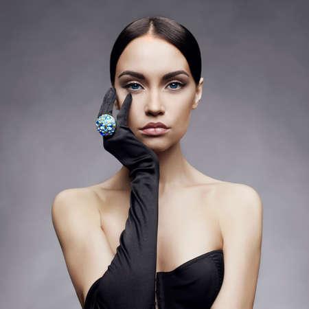 다이아몬드 반지와 장갑에서 아름 다운 여자의 패션 사진