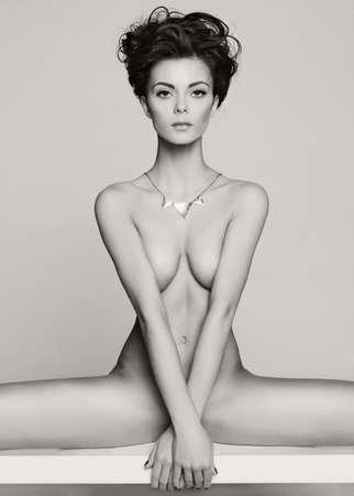 femmes nues sexy: Mode photo de studio d'art de l'élégant femme nue Banque d'images