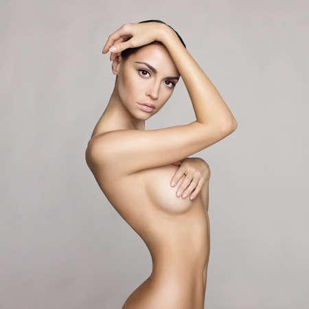 Schwarz-Weiß-Studio-Foto von eleganten nackte Dame Standard-Bild - 35537265