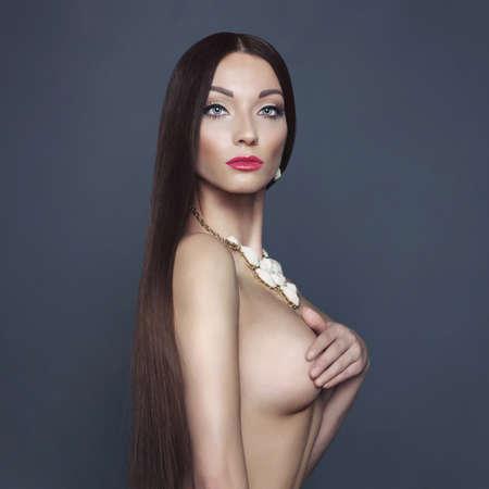 голая женщина: Мода фото красивой обнаженной леди с ожерельем Фото со стока