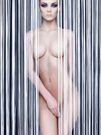 nudo integrale: Fashion art photo di signora elegante futuristico nuda