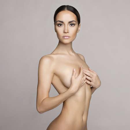 jeune femme nue: photo noir et blanc de studio de �l�gante femme nue