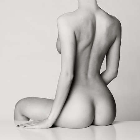 modelo desnuda: cuerpo femenino perfecto con un hermoso bot�n desnuda