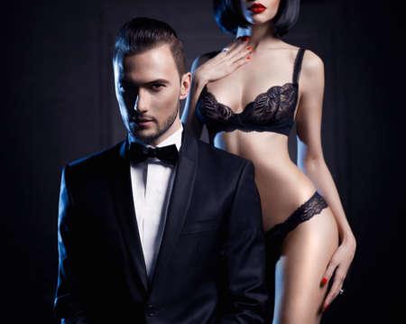 cuerpos desnudos: Moda foto de estudio de una pareja sensual en ropa interior y un esmoquin