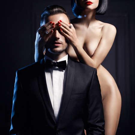femme noire nue: Mode studio photo d'un couple sensuelle sur fond noir Banque d'images
