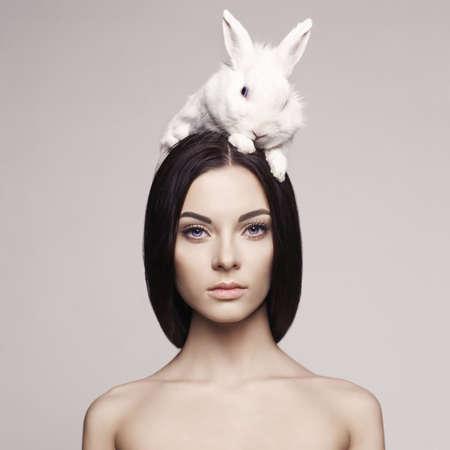 Portrait de la mode Studio de belle dame avec lapin blanc Banque d'images - 37489403