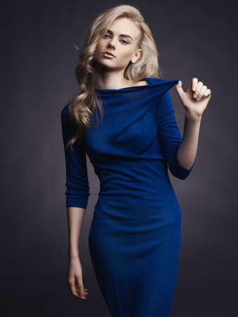 파란 드레스에 우아한 아름다운 여자의 스튜디오 패션 사진
