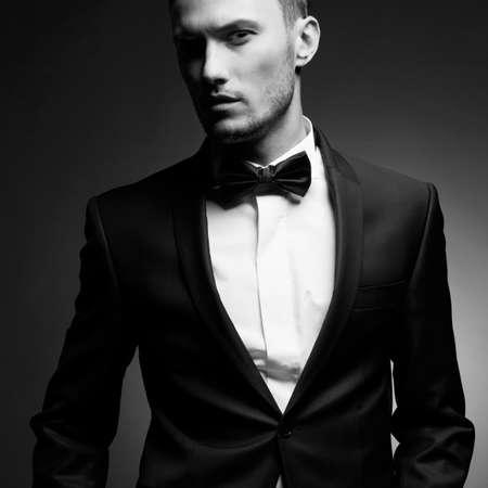 sensual: Retrato de hombre guapo elegante en traje negro elegante