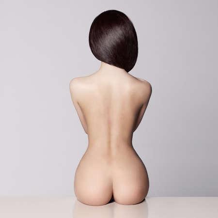 mujer desnuda sentada: cuerpo femenino perfecto con un hermoso bot�n desnuda