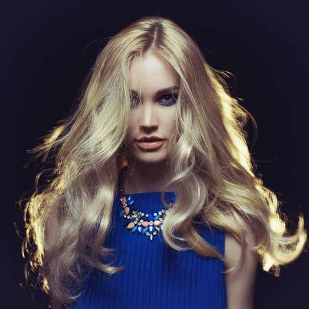 黒の背景に若い美しい女性のスタジオ ファッション ポートレート 写真素材