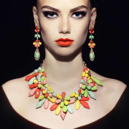 夜メイクと美しい若い女性。ジュエリーや美しさ。ファッション写真