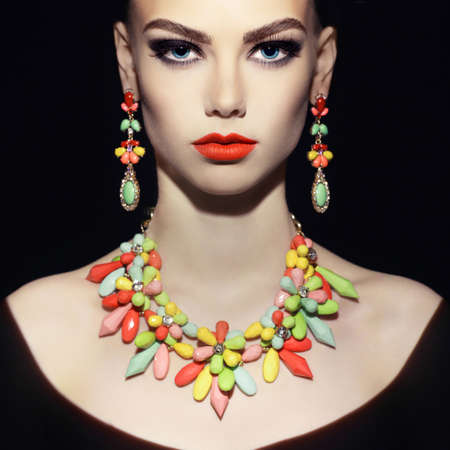 modelos posando: Mujer joven hermosa con maquillaje de la tarde. Joyería y Belleza. Foto de moda