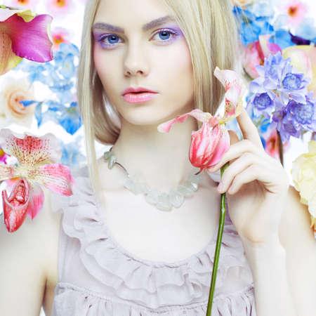 주위에 섬세한 꽃의 아름 다운 여자의 패션 예술 초상화