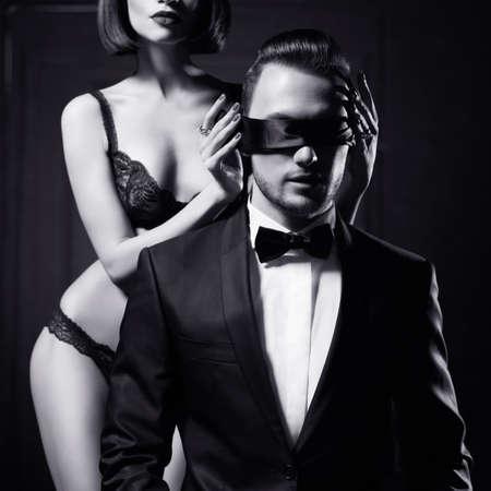 sexo pareja joven: Moda foto de estudio de una pareja sensual en ropa interior y un esmoquin