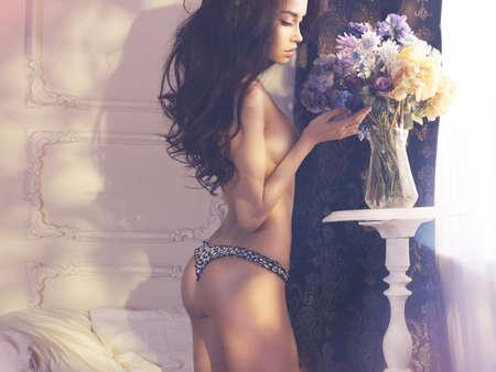 mujer desnuda: Moda arte foto de la señora hermosa con flores. Interior del hogar. Mañana
