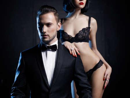 femmes nues sexy: Mode photo d'un couple sensuel studio dans la lingerie et un smoking
